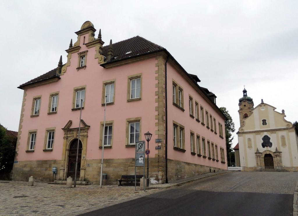 Das alte Vermessungsamt am Karlsplatz 36 wurde von einem privaten Investor gekauft. Die CSU könne sich jedoch eine gemeinsame Nutzung mit der Stadt Eschenbach, dem Landkreis, der VHS und weiteren Nutzern vorstellen.