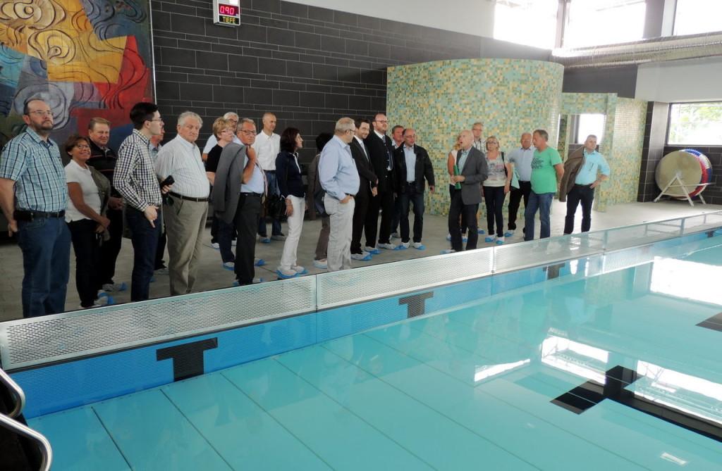 Es fehlte nur noch der Sprung ins Becken. Kreisbaumeiser Werner Kraus (Sechster von rechts) informierte die CSU-Kreisräte mit Stepahn Oetzinger und Landrat Andreas Meier an der Spitze über die Sanierung der Eschenbacher Schwimmhalle.