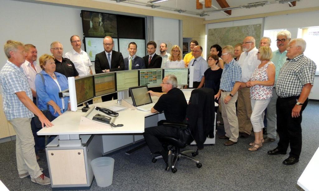Herbert Putzer und Alfred Rast (Vierter und Fünfter von links) erläuterten in der Integrierten Leitstellte (ILS) den CSU-Kreisräten die Aufgaben des ZRF und den Ablauf der Alarmierungen.
