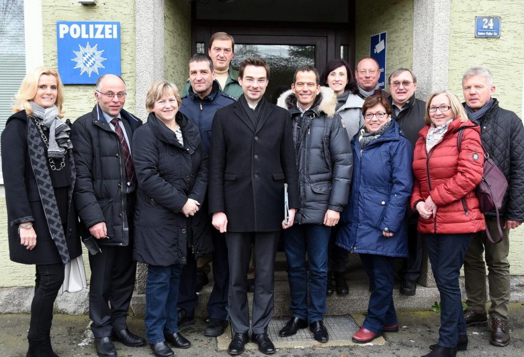 Mitglieder der CSU-Kreistagsfraktion um Vorsitzenden Stephan Oetzinger (vorne, Vierter von links) tauschten sich mit Stefan Moller und Helmut Franz (hinten, von links) von der Polizeiinspektion Neustadt über Sicherheitsthemen aus.
