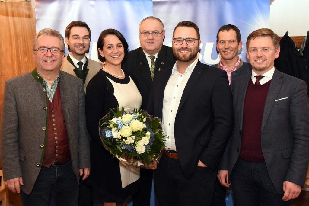 Tanja Renner (Dritte von links) und Matthias Grundler (Dritter von rechts) sind die CSU-Listenkandidaten im Stimmkreis Tirschenreuth für den Land- und den Bezirkstag. Über den einstimmigen Vorschlag freuen sich (von links) Toni Dutz, Dr. Stephan Oetzinger, Lothar Höher, Albert Rupprecht und Tobias Reiß.