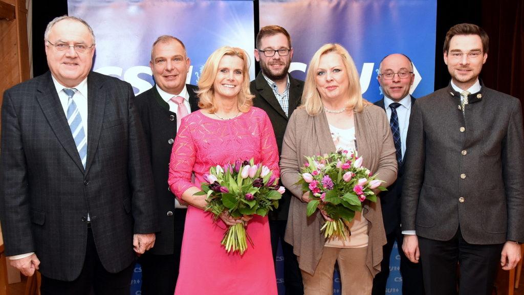 Andrea Lang (Dritte von links) ist die CSU-Listenkandidatin für den Bezirkstag. Dagmar Nachtigall (Dritte von rechts) tritt auf der Wahlkreisliste für den Landtag an. Bezirksdirektkandidat Lothar Höher (von links), Wolfgang Pausch, Markus Bäumler, Albert Nickl und Landtags-Direktbewerber Dr. Stephan Oetzinger freuen sich über den einstimmigen Vorschlag.