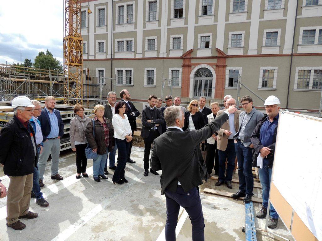 Architekt Ulrich Greiner (mitte) Rainer Schinhammer (rechts) und Helmut Kreuzer (links) erläuterten den CSU-Kreisräten und Landrat Andreas Meier den Erweiterungsbau am Landratsamt und informierten zum Baufortschritt.