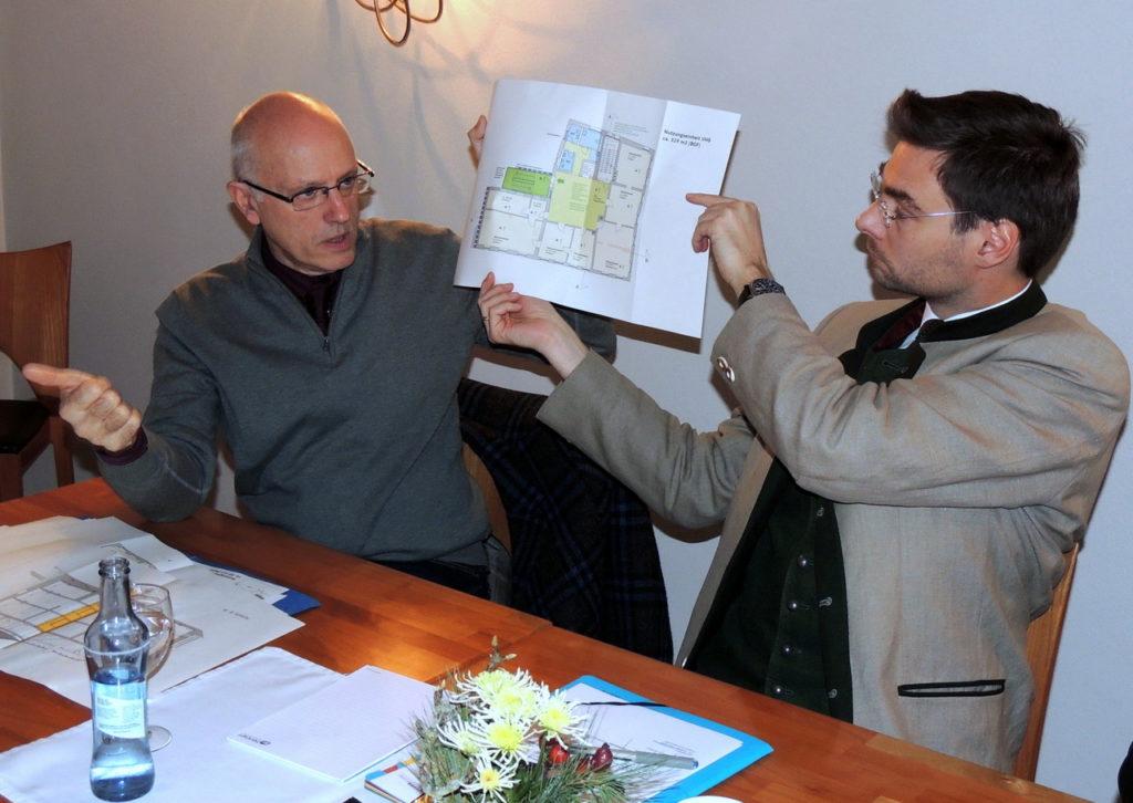 Kreisbaumeister Werner Kraus (links) und Fraktionschef Dr. Stephan Oetzinger zeigten den CSU-Kreisräten die Pläne für die Landratsamtaußenstelle im alten Pflegeschloss.