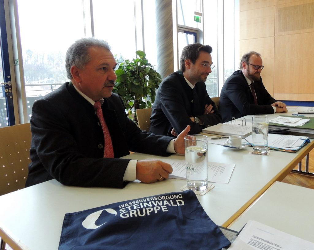 Der Geschäftsführer der Steinwaldgruppe Bernhard Eigner am Podium mit Fraktionsvorsitzenden Dr. Stephan Oetzinger und Landrat Andreas Meier (von links) informierten die Kreisräte der CSU.