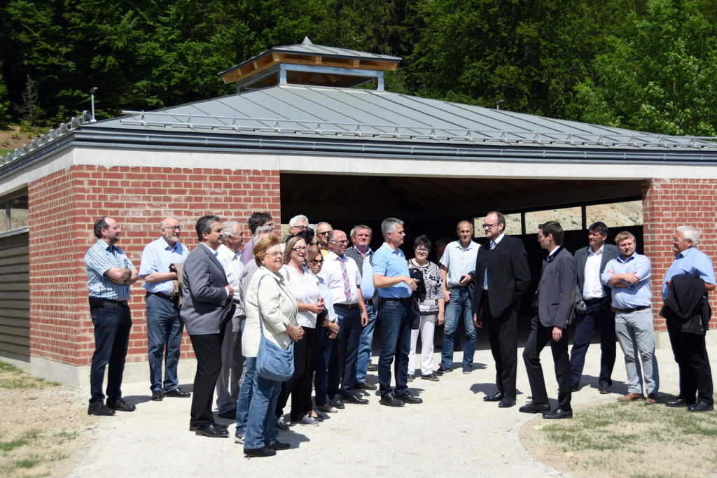 Die CSU Kreistagsfraktion mit Fraktionsvorsitzenden Dr. Stephan Oetzinger besichtigte mit Bürgermeister Thomas Meiler die neugestaltete Freizeitanlage Gaisweiher. Kurz vor der Eröffnung steht die neue Grillhütte am Zeltplatz.