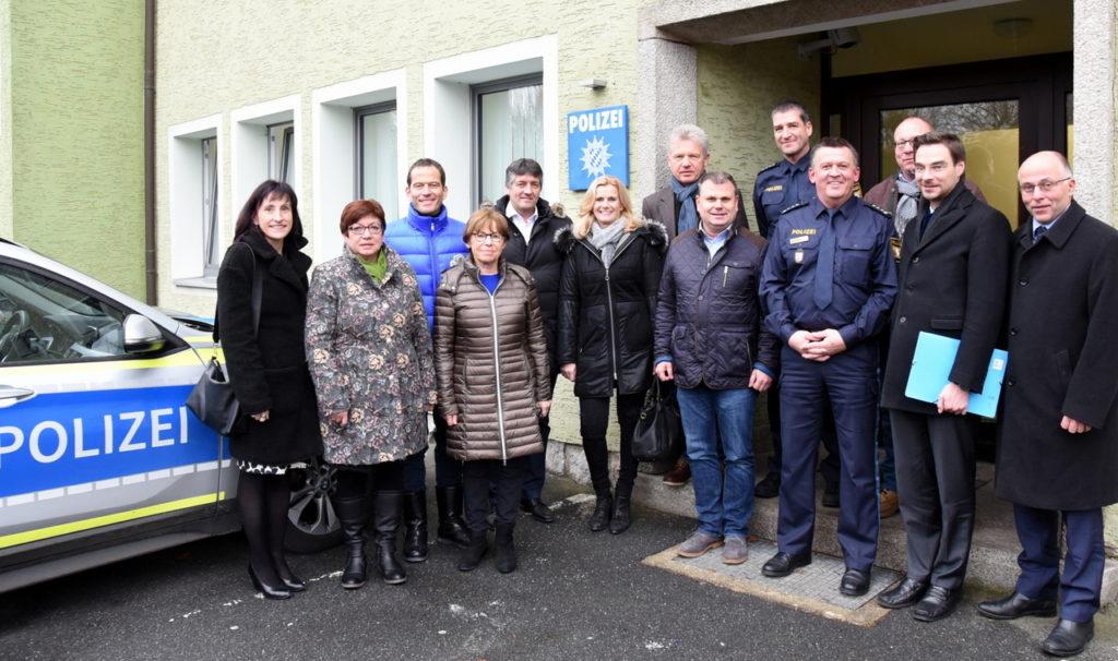 Als Zeichen der Wertschätzung sieht CSU Kreistagsfraktionschef Dr. Stephan Oetzinger (Zweiter von rechts) den jährlichen Besuch bei der Neustädter Polizeiinspektion. Dienststellenleiter Hermann Weiß (vorne, Dritter von rechts) lobte die gute Unterstützung durch die Politik.