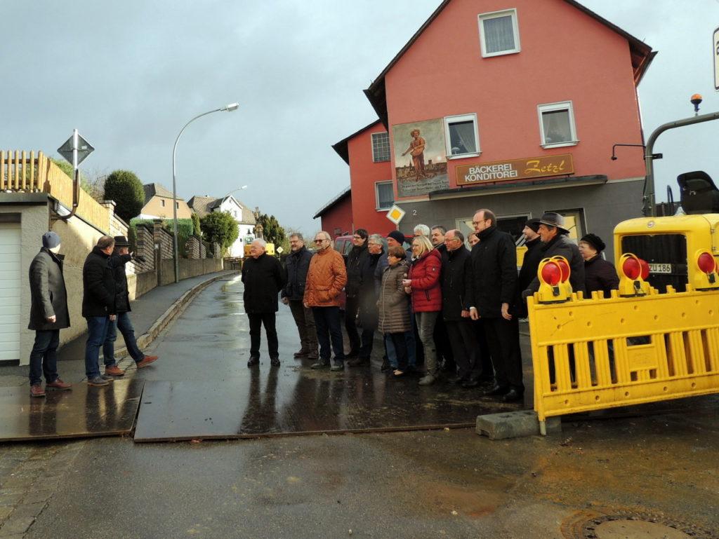 Baudirektor Gerhard Kederer und Bürgermeister Karlheinz Budnik (von links) informierten die Landrat Andreas Meier und die CSU-Kreisräte Platz über die Baumaßnahmen an der NEW 19 in der Ortsdurchfahrt Neuhaus