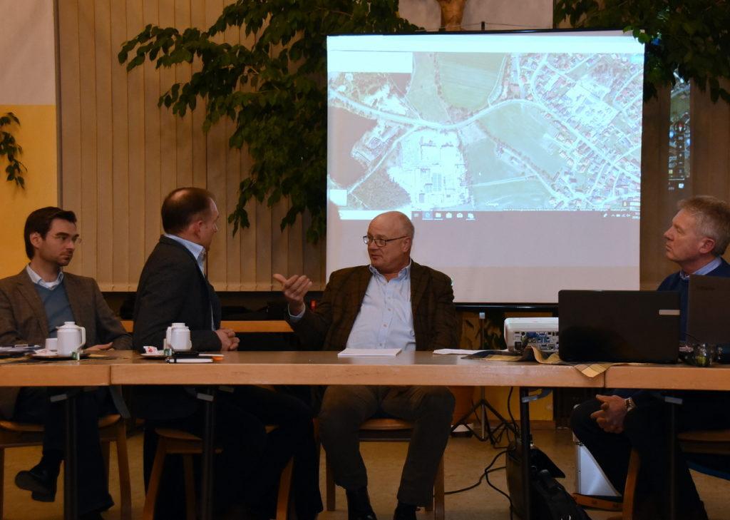 In der Manteler Mehrzweckhalle stellte Leitender Baudirektor Henner Wasmuth (Zweiter von rechts) den aktuellen Stand des Straßenbauprojektes vor.
