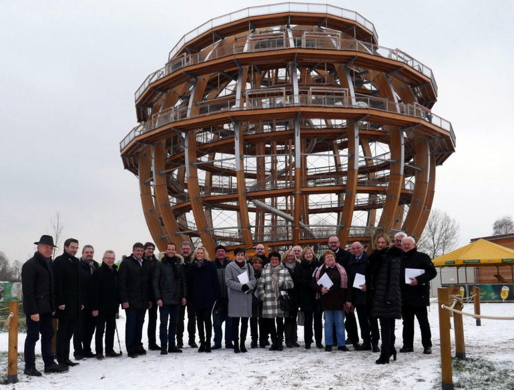 Verena Danner (Dritte von rechts) stellte den CSU-Kreisräten den Zweckverband Oberpfälzer Seenland vor. Neueste Attraktion ist die größte begehbare Erlebnisholzkugel der Welt.