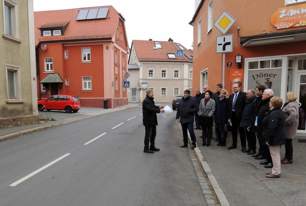 Zum Ortstermin trafen sich die CSU-Kreistagsfraktion und Landrat Andreas Meier in Pressath. Zweiter Bürgermeister Max Schwärzer (links) regte Verbesserungen in der Ortsdurchfahrt an.