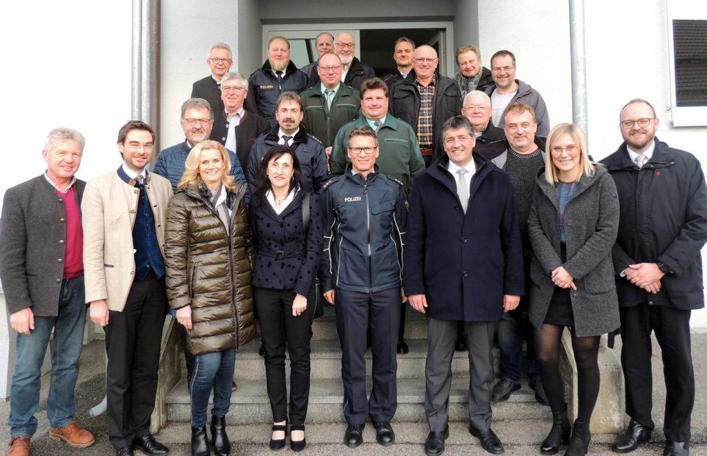 Die CSU-Kreistagsfraktion mit Landrat Andreas Meier, MdL Dr. Stephan Oetzinger und Fraktionsvorsitzenden Edgar Knobloch sprachen beim Weihnachtsbesuch dem Zoll, der Bundespolizei und der Grenzpolizei Wertschätzung und Dank aus. Mit dabei waren Vertreter der Waidhauser CSU.