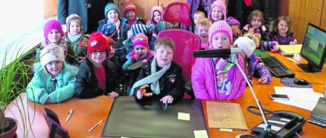 Amtskette schwerer als gedacht – Kindergarten besucht Bürgermeister